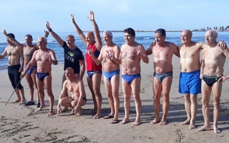 Gela: gli sportivi rinnovano la tradizione del primo bagno dell'anno. Tuffo per un messaggio di solidarietà