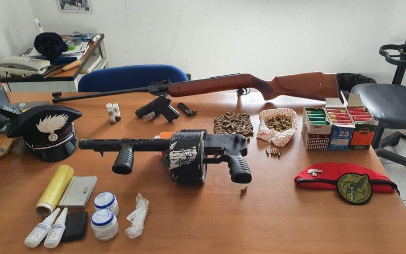 Pistola e fucili nell'abitazione di due pastori. Carabinieri li arrestano. Sequestrate munizioni e dosi di cocaina