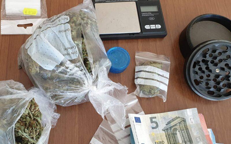 Droga, bilancino e «grinder» nella casa di un ventiduenne ai domiciliari. Blitz dei Carabinieri, un arresto e due denunce