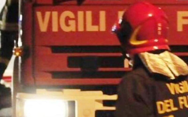 Incendio nella notte in via Padova, le fiamme danneggiano un'autovettura