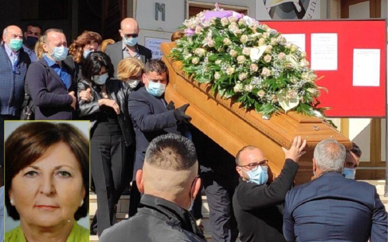 Niscemi, l'ultimo addio a Giuseppa Pardo. Dolore e lacrime ai funerali. «Piangiamo una donna meravigliosa»