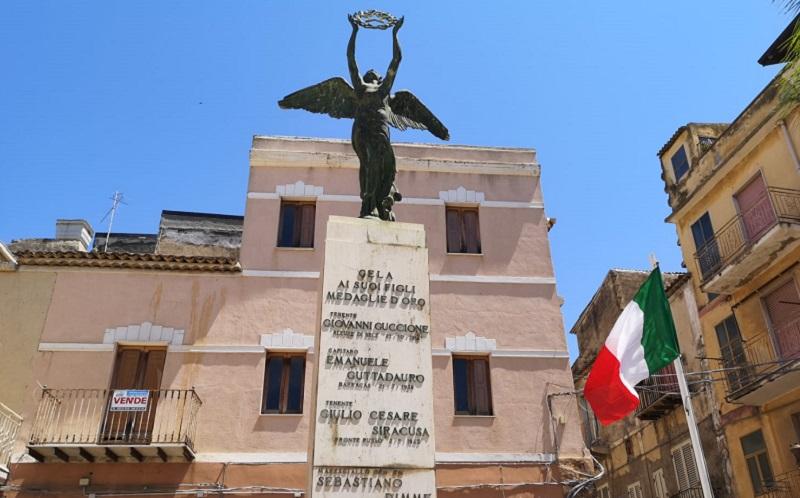 Gela: cavalieri della Repubblica sostituiscono bandiera tricolore del monumento ai caduti