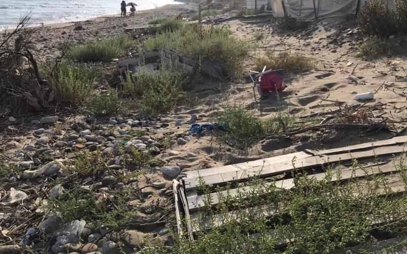 Butera: rifiuti e degrado, ferita la splendida spiaggia dorata. Il sindaco: «Inciviltà». La pulizia è già in corso