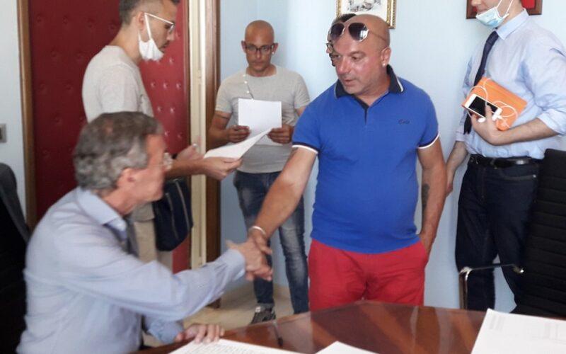 Gela: sindaco e lavoratori siglano l'accordo, si va verso l'intesa con i lavoratori ex Tekra. Protesta sospesa