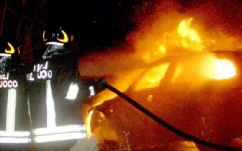 Riesi: incendio nel deposito di uno sfasciacarrozze, le fiamme avvolgono quattro carcasse di auto. Si indaga sulle cause