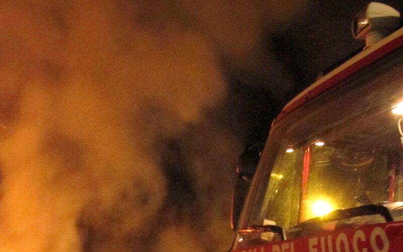 Niscemi, auto a fuoco in via Martiri di via Fani. Rogo in un casolare a Gela, fiamme auto estinte. Indagini in corso
