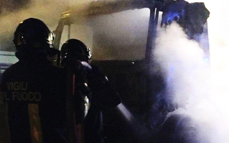Gela: fuoco in una rimessa, in fiamme tre motrici e due rimorchi. Incendio danneggia autovettura in via Marsala