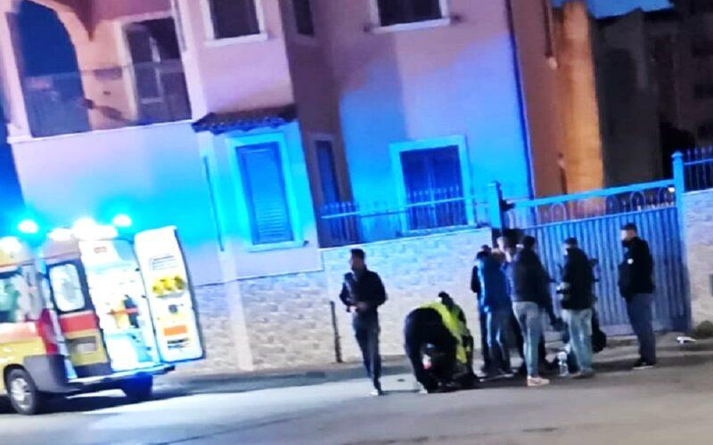 Gela: auto investe uno scooter e poi si allontana. Ragazzo soccorso dal 118 e trasferito in ospedale con l'ambulanza