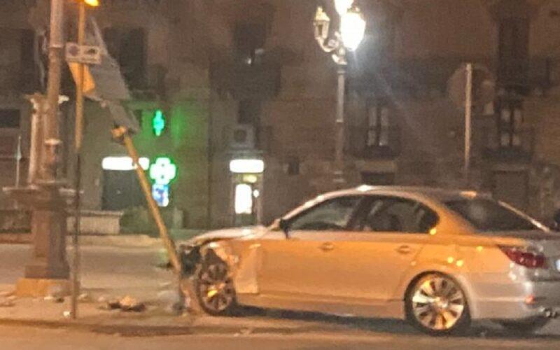 Gela: schianto in piazza Umberto, Bmw contro un palo della segnaletica. Due feriti, sul posto Carabinieri e 118