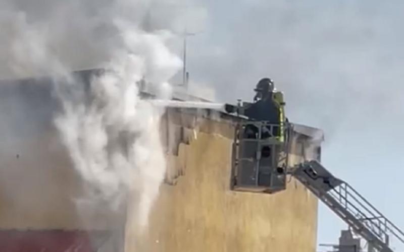 Gela: inferno di fuoco in uno stabile, le fiamme divampano sulla sommità dell'edificio. Nessun ferito