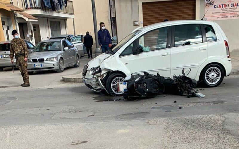 Gela: grave incidente in via Settefarine. Impatto tra un'auto e uno scooter. Motociclista trasferito in codice rosso
