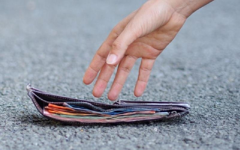 Bel gesto di una giovane donna, trova portafogli con oltre 200 euro e lo consegna ai poliziotti