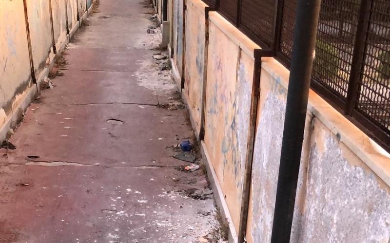 Gela: il sovrappasso ferroviario nel degrado, tra muri scrostati, sporcizia, rifiuti e vandalismo