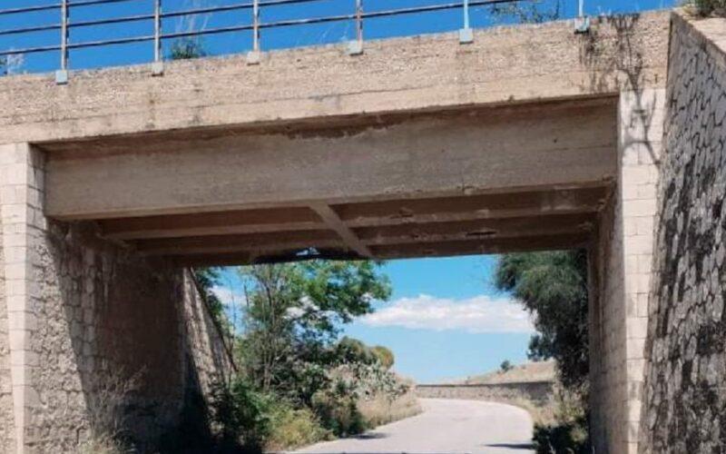 Niscemi: ponte scrostato e ferri dell'armatura esposti alle intemperie. Lettore segnala un pericolo
