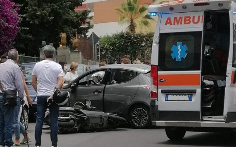 Gela: sbuca un'auto, moto si schianta, due feriti finiscono all'ospedale. I residenti: «La strada come una pista»