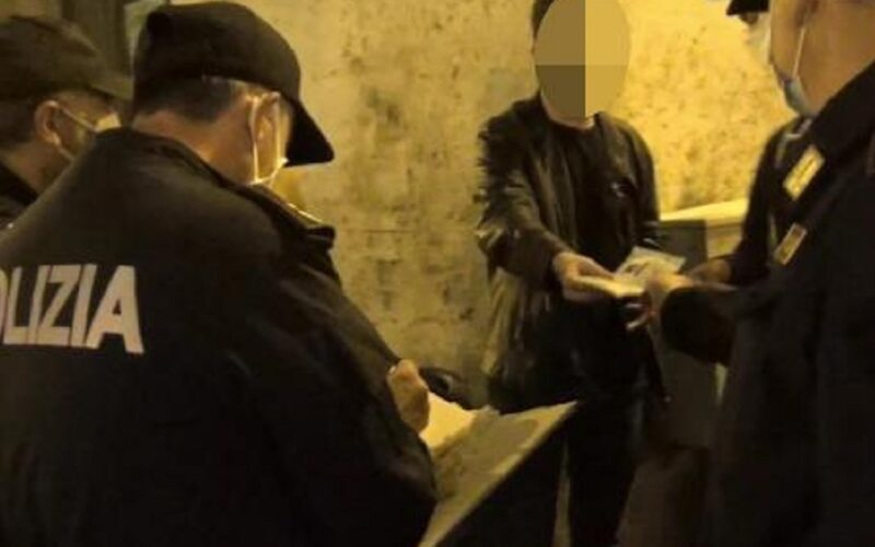Cocaina nei luoghi della movida, arrestato spacciatore in trasferta. Aveva anche marijuana nascosta negli slip