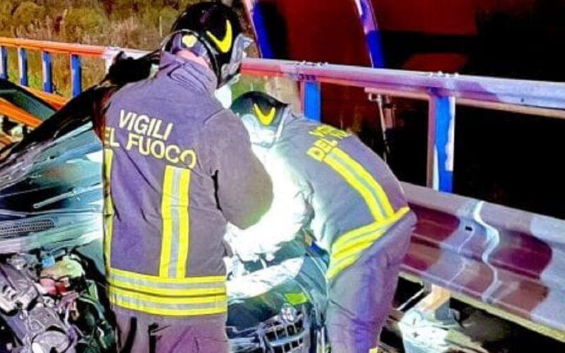 Un morto e un ferito grave dopo lo schianto in moto. Tamponamento a catena e due auto contro un muro