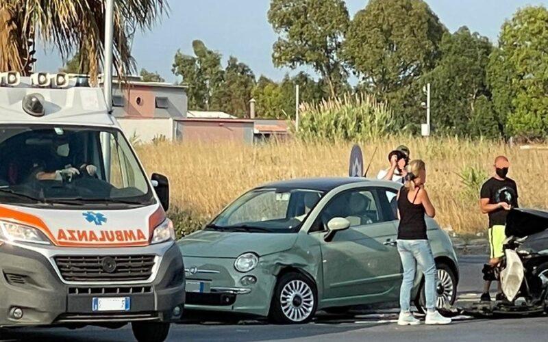 Gela: schianto sulla rotatoria di via Falcone, coinvolte due utilitarie. Ci sarebbe un ferito, sul posto l'ambulanza