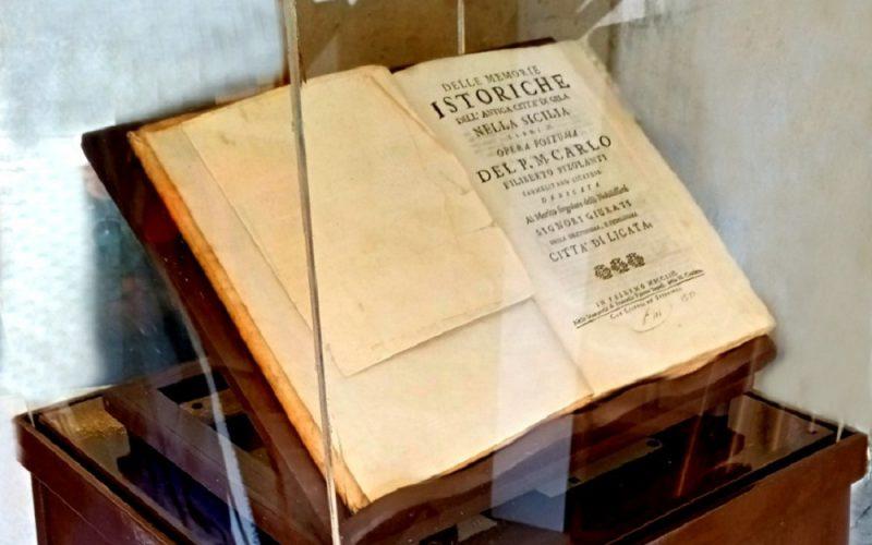 Gela, il professor Mulè dona libro «Delle memorie istoriche dell'antica città di Gela nella Sicilia» del Pizolanti