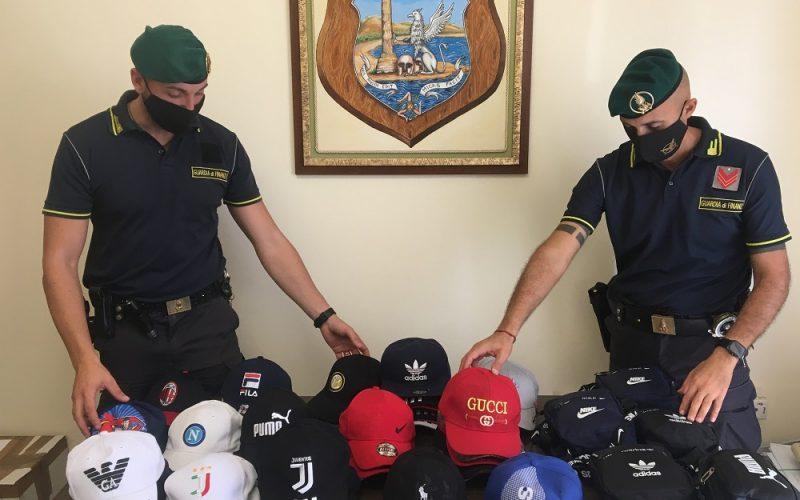 Gela: cappellini e accessori di note griffe, mascherine prive di marchio «Ce». Maxi sequestro di falsi d'autore