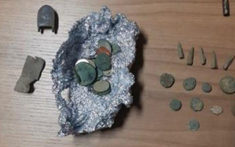 Raid in area archeologica, carabinieri bloccano quattro uomini. Avevano trafugato monete e oggetti antichi